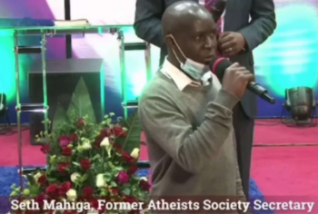 Líder dos ateus do Quênia renuncia por ter encontrado Jesus Cristo